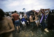 Participants au festival de Woodstock sous la pluie (New York), 1969. © Tom Miner / The Image Works / Roger-Viollet