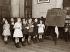 Ecoliers faisant des gargarismes en prévention de l'épidémie d'influenza. Angleterre, vers 1935. © Imagno/Roger-Viollet