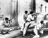 Révolution cubaine. Soldats de l'armée de Fidel Castro prenant le contrôle d'une banlieue de La Havane (Cuba), 3 janvier 1959. © TopFoto/Roger-Viollet