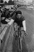 American cycle race. G. Léonard. Neuilly-sur-Seine (France), Buffalo velodrome, on July 31, 1913. © Maurice-Louis Branger / Roger-Viollet