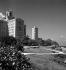 La Havane (Cuba), le jardin de l'Hôtel national avec, au fond, les gratte-ciel du quartier Vedado, mars 1959. © Roger-Viollet