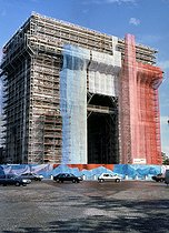 """The Arc de Triomphe (triumphal arche) """"dressed"""" in blue, white and red for its renovation. © Pierre Barbier / Roger-Viollet"""