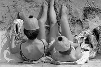 Beach hats. Cannes (France), 1965. © Noa / Roger-Viollet