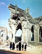 World War II. Nuns and a family standing in front of the ruins of the catholic church Saint-Malo shelled by the Allies. Valognes (France), 1944. © Bilderwelt / Roger-Viollet