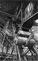 Hydraulic lift on the first level of the Eiffel Tower. © Neurdein / Roger-Viollet