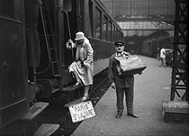 Young woman boarding a train at the Gare Saint-Lazare train station. Paris (VIIIth arrondissement), circa 1928. © Maurice-Louis Branger / Roger-Viollet