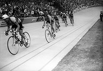 Fausto Coppi (1919-1960), coureur cycliste italien, en seconde position. Parc des Princes (Paris). © Roger-Viollet