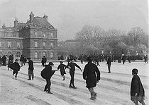 Sliding on the lake of the Luxembourg Gardens. Paris, 1893. © Collection Roger-Viollet/Roger-Viollet