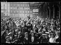"""World War I. General mobilization in France on August 1st, 1914. Officer carried by the crowd at the Gare de l'Est train station in Paris. Photograph published in the newspaper """"Excelsior"""" on Sunday, August 2nd, 1914. © Caudrilliers/Excelsior – L'Equipe/Roger-Viollet"""
