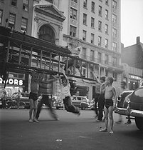 Children playing in the street. New York (United States), 1952. © Jack Nisberg / Roger-Viollet
