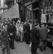 Bakers' strike. Queue in front of an open bakery. Paris, September 21, 1956. © Collection Roger-Viollet/Roger-Viollet