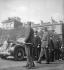 Guerre 1939-1945. Libération de Paris. Les généraux de Gaulle, Koenig et Leclerc (à droite, au fond), sur le parvis de la cathédrale Notre-Dame. 26 août 1944. © Roger-Viollet