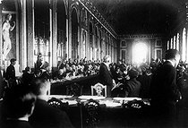 Signing of the Treaty of Versailles in the Hall of Mirrors at the Chateau de Versailles, on June 28, 1919. © Albert Harlingue/Roger-Viollet