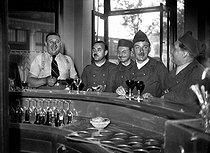 World War II. French soldiers in a café at the time of the mobilization, 1939. © LAPI / Roger-Viollet