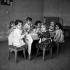 Réfectoire d'école maternelle à Megève (Haute-Savoie), décembre 1945. Photographie de Roger Berson. © Roger Berson/Roger-Viollet