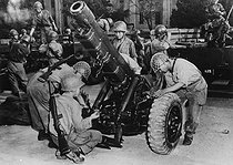 Korean War (1950-1953). South Korean artillerymen cleaning the mechanism of a 105mm cannon, before an inspection by members of the US Military Advisory Group, 1950. © Roger-Viollet