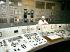 Jeune homme travaillant dans la salle des commandes de la centrale nucléaire de Tchernobyl, en service jusqu'en 2000 malgré l'explosion du réacteur numéro 4 en 1986. Ukraine, 1996. © Ullstein Bild/Roger-Viollet