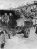 Révolution russe de 1917. Soldats du conseil ouvrier du soviet de Saint-Pétersbourg répendant l'annonce de l'abdication du tsar Nicolas II. Saint-Pétersbourg (Russie), 17 mars 1917. © PA Archive/Roger-Viollet