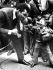 Scène de boxe entre Mohamed Ali (Cassius Marcellus Clay), le jour de son anniversaire et Micho, un artiste du cirque Barnum & Bailey, dans une rue de New York (Etats-Unis), 17 janvier 1974. © Ullstein Bild / Roger-Viollet