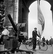 World War II. Liberation of Paris. Anti-aircarft cannon in front of the Arc de Triomphe. August 27, 1944. © Pierre Jahan/Roger-Viollet