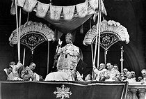 """Pope Pius XII (1876-1958), doing the """"Urbi and Orbi"""" blessing after he took possession of the Basilica of St. John Lateran. Rome, on May 18, 1939. © Roger-Viollet"""