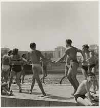 World War II. Holidays. Men and women in swimsuits at the pont d'Iéna, in front of the Trocadéro. Paris (VIIth and XVIth arrondissement), 1945. Photograph by Roger Schall (1904-1995). Paris, musée Carnavalet. © Roger Schall/Musée Carnavalet/Roger-Viollet