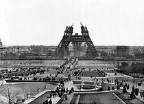Exposition universelle de 1889. Construction de la Tour Eiffel. Paris, 15 avril 1888.       © Roger-Viollet