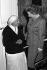 Mère Teresa (1910-1997), religieuse indienne d'origine albanaise, et Margaret Thatcher (1925-2013), Premier ministre britannique, lors de leur rencontre au 10 Downing Street suite à la demande de Mère Teresa de faire construire un refuge pour les sans-abris londoniens. Londres (Angleterre), 13 avril 1988. © PA Archive / Roger-Viollet