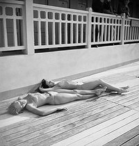 Sun bathing at the Molitor swimming pool. Paris (XVIth arrondissement), July 1946. © Studio Lipnitzki/Roger-Viollet