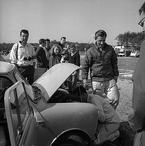 On the right : Graham Hill (1939-1975), British racing driver. Montlhéry racing circuit (France), 1964. © Noa / Roger-Viollet