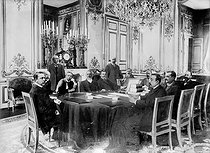 Emile Loubet (centre, 1838-1929) and Théophile Delcassé (on his left, 1852-1923), French politicians, during a work meeting. © Albert Harlingue / Roger-Viollet