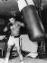 Mohamed Ali (anciennement Cassius Marcellus Clay, 1942-2016), boxeur américain et champion du monde des poids lourds, s'entraînant avant son combat contre Jimmy Young (1948-2005). Washington D.C. (Etats-Unis), 26 avril 1976. © TopFoto / Roger-Viollet