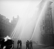 Firemen on exercises: the big hoses in action. Paris, 1910-1920.  © Roger-Viollet