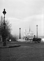 The river Seine. The pont de la Tournelle at the corner of the quai de la Tournelle, towards Notre-Dame cathedral. Horse-drawn carriage. Paris (IVth and Vth arrondissements). Photograph by René Giton known as René-Jacques (1908-2003). Bibliothèque historique de la Ville de Paris. © René-Jacques/BHVP/Roger-Viollet