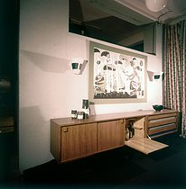 Model apartment - living room and chest of drawers with a bar, about 1960-1965. © Roger-Viollet