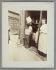 Marchande de frites, rue Mouffetard. Paris (Vème arr.), 1898. Photographie Photographie d'Eugène Atget (1857-1927) Paris, musée Carnavalet. © Eugène Atget / Musée Carnavalet / Roger-Viollet