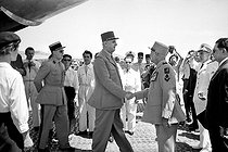 The General Salan greeting the General de Gaulle, French statesman, at this arrival in Algeria, on June 4, 1958.  © Bernard Lipnitzki / Roger-Viollet