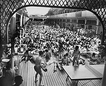 The Deligny swimming pool. Paris (VIIth arrondissement), on June 29, 1957.  © Roger-Viollet