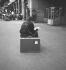 Voyageur à la gare de l'Est. Paris, août 1961.    © Roger-Viollet