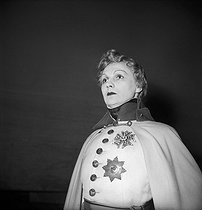 "Jeanne Boitel in ""L'Aiglon"" by Edmond Rostand. Gala evening for the foundation of the statue of the writer in Cambo. Paris, théâtre du Châtelet, 1949. © Studio Lipnitzki/Roger-Viollet"