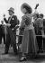 Noël Coward (1899-1973), auteur dramatique et réalisateur anglais, et Margaret Lockwood (1916-1990), actrice britannique, jouant aux quilles lors d'une garden party. Roehampton (Angleterre), 1948. © TopFoto / Roger-Viollet