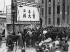 Guerre civile chinoise entre le gouvernement national et les communistes. Soulèvement d'ouvriers à Shanghai. Pancartes incitant le public à prendre part à la révolte. Shanghai (Chine), mars 1927. © Ullstein Bild/Roger-Viollet