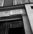 Plaque sur la maison natale d'Edith Piaf (1915-1963), chanteuse française, à Belleville. Paris. Août 1966. © Roger-Viollet