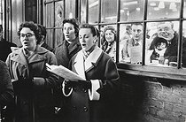 Singers on Christmas Day. London (England), 1958. © Jean Mounicq/Roger-Viollet
