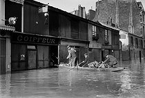 1910 Great Flood of Paris. Wholesale delivery at a butcher's, rue Surcouf (VIIth arrondissement). © Maurice-Louis Branger/Roger-Viollet