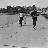 Eric Tabarly (1931-1998), French sailor, with his wife Danielle. La Trinité-sur-Mer (France), April 1968. © Jacques Cuinières / Roger-Viollet