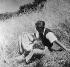 Couple dans l'herbe. © Roger-Viollet