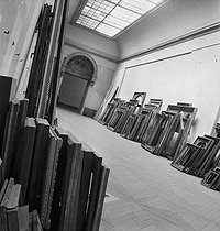 Frames waiting the return of the masterpieces at the Louvre museum, after the war. Paris, 1945. © Pierre Jahan/Roger-Viollet