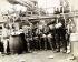 Robert Peary (1856-1920), explorateur polaire américain, offrant des présents à des Eskimos. 1906. © Ullstein Bild / Roger-Viollet