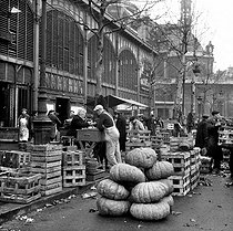The Halles covered market. Paris (Ist arrondissement), 1962. © Roger-Viollet